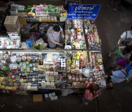 A vendor in Talat Ton Lamyai